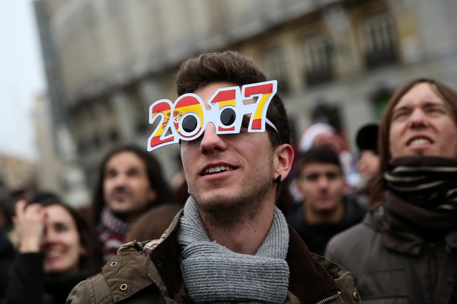 Một thanh niên đeo kính có hình năm 2017 tại quảng trường Puerta del Sol ở trung tâm Madrid, Tây Ban Nha (Ảnh: Reuters)