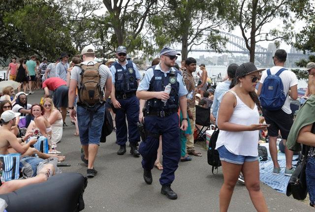 Cảnh sát tuần tra khu vực nơi đám đông tập trung để xem pháo hoa tại Sydney. (Ảnh: Reuters)