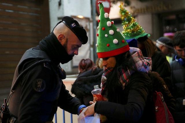 Cảnh sát kiểm tra an ninh trước các hoạt động mừng năm mới ở trung tâm thủ đô Madrid, Tây Ban Nha. (Ảnh: Reuters)