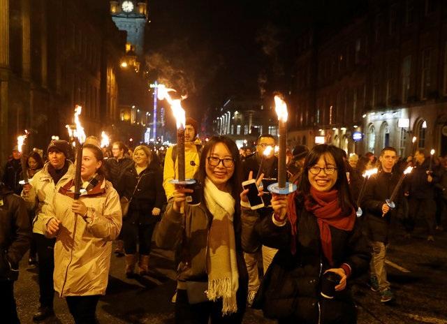 Mọi người tham gia một lễ rước đuốc chờ đón đánh dấu việc mở đầu các hoạt động mừng năm mới ở Edinburgh, Scotland. (Ảnh: Reuters)