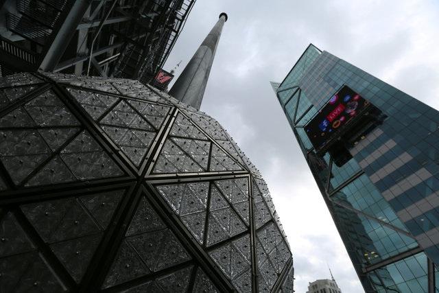 Quả cầu tại quảng trường Thời đại ở Manhattan, New York, Mỹ được thử nghiêm trước nghi lễ thả quả cầu truyền thống vào thời khắc chuyển giao giữa năm cũ và mới. (Ảnh: Reuters)