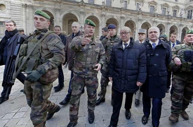 Bộ trưởng Quốc phòng Pháp Jean-Yves Le Drian và Bộ trưởng Nội vụ Bruno Le Roux thị sát công tác đảm bảo an ninh cho các hoạt động mừng năm mới ở thủ đô Paris. (Ảnh: Reuters)