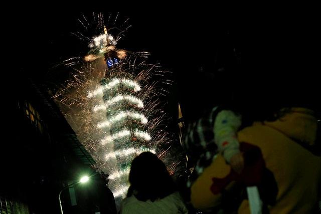 Tháp Taipei 101 tại Đài Bắc, Đài Loan rực sáng bởi màn bắn pháo hoa trong thời khắc giao thừa (Ảnh: Reuters)