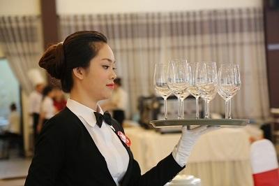 Thí sinh dự thi Nghề dịch vụ nhà hàng. (Ảnh: TCDN)