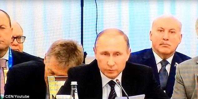 Người phát ngôn Dmitry Peskov ngủ gật ngay sau lưng Tổng thống Putin trong cuộc họp với Tổng thống Thổ Nhĩ Kỳ. (Ảnh: Youtube)