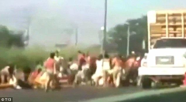 Người dân Venezuela chặn xe tải cướp lương thực