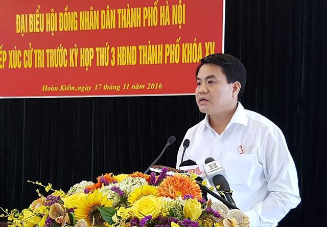 Chủ tịch UBND TP Hà Nội Nguyễn Đức Chung trao đổi các vấn đề cử tri quan tâm