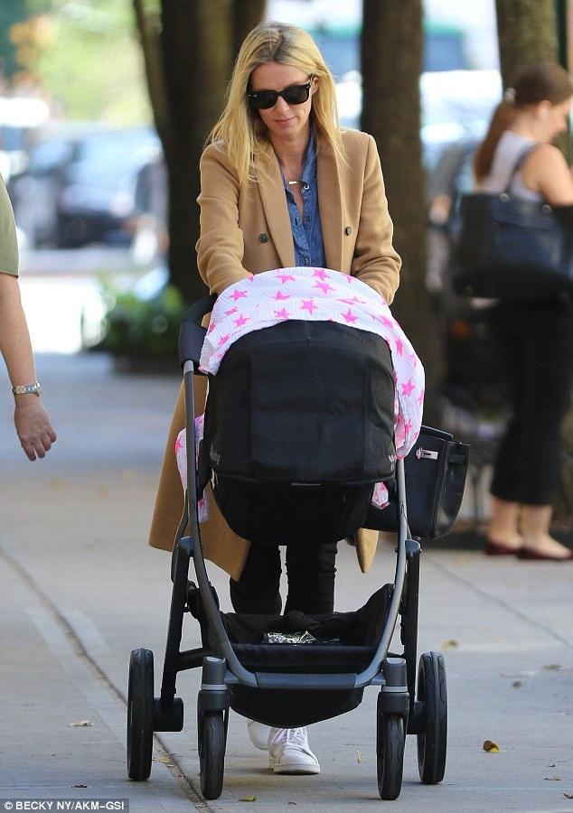 Nicky Hilton đưa con gái 3 tháng tuổi Lily Grace đi dạo trên đường phố New York ngày 5/10 vừa qua