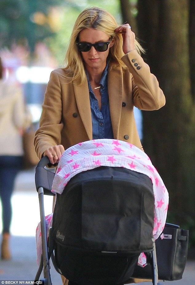 Kiều nữ của gia đình Hilton trông rất thanh lịch và giản dị khi sải bước trên hè phố