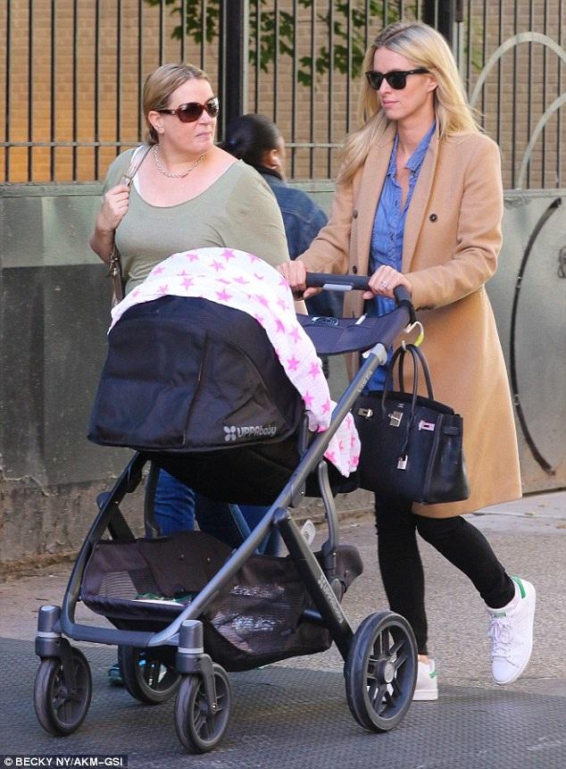 Em gái Paris Hilton kết hôn vào tháng 7 năm ngoái với James Rothschild - người thừa kế của một trong những gia đình có truyền thống làm trong ngành ngân hàng nổi tiếng nhất châu Âu