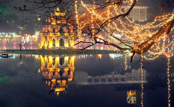 Hồ Gươm vốn đẹp lại càng trở nên huyền ảo.