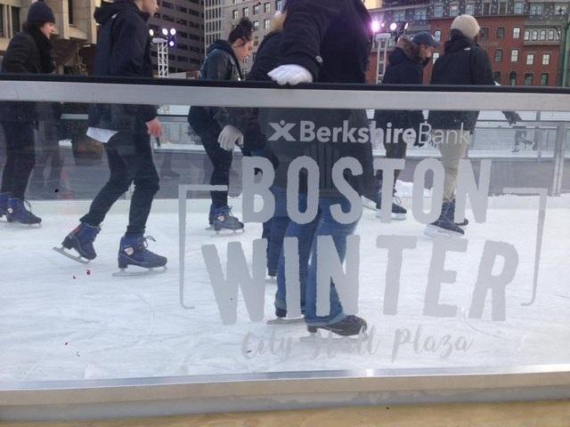 Hồng Trang đón mùa đông và Giáng sinh ở Boston bằng cách chơi trượt băng.