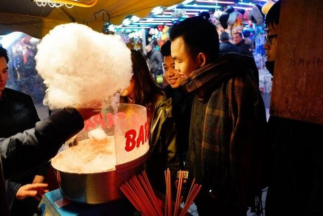 Nguyễn Phan Bảo Thụy cùng nhóm bạn tìm về tuổi thơ với món kẹo bông bán ở các gian hàng Giáng sinh ở Pháp.