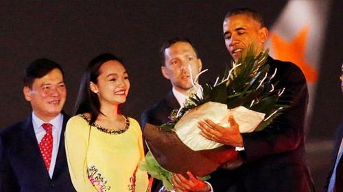 Mỹ Linh diện áo dài màu vàng rạng rỡ bên Tổng thống Mỹ