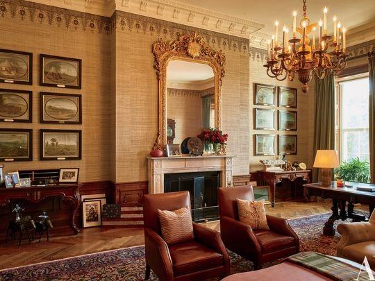 Trong phòng Nghỉ treo đầy kỉ niệm của gia đình Tổng thống, trong đó có cả hai giải Grammy của ông Obama và ảnh gia đình. Đây là nơi Tổng thống nghỉ ngơi sau vào tối muộn sau một ngày làm việc bận rộn. Chiếc bàn ở góc phải thường được ông Obama sử dụng đã được đặt ở đây từ năm 1869. Chiếc gương lớn được đặt trên lò sưởi theo phong cách cổ điển. Trên sàn trải thảm Hereke năm 1930.