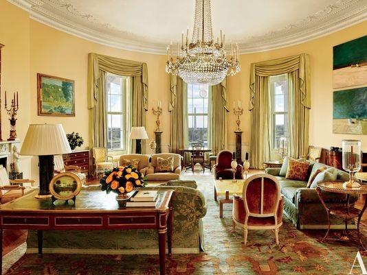 """Phòng Bầu dục Vàng được thiết kế với gam màu nâu khói, xanh, vàng và xanh da trời. Những tác phẩm nghệ thuật của Paul Cézanne và Daniel Garber được treo cạnh lò sưởi. Trong phòng cũng đặt chiếc bàn Denis-Louis Ancellet nơi Hiệp ước Trại David được kí kết năm 1978. Căn phòng thể hiện rõ phong cách đặc trưng của gia đình Obama, đồng thời cũng làm nổi bật tính đa dạng văn hóa đúng """"phong cách Mỹ""""."""
