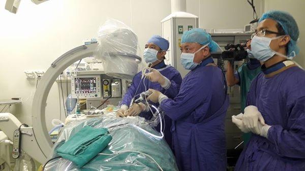 PGS-TS Nguyễn Văn Thạch, nguyên Phó Giám đốc, nguyên Viện trưởng Viện Chấn thương Chỉnh hình BV Việt Đức cùng ê-kip phẫu thuật nội soi điều trị thoát vị đĩa đệm đốt sống cổ cho bệnh nhân Dương Thị Miến
