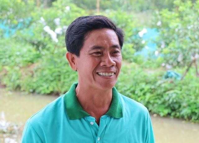 Anh Tín cho biết, gia đình anh nuôi đàn cá biết bay không chỉ mục đích nuôi cá lấy lời mà kết hợp cả làm du lịch cho khách thăm vườn trái cây
