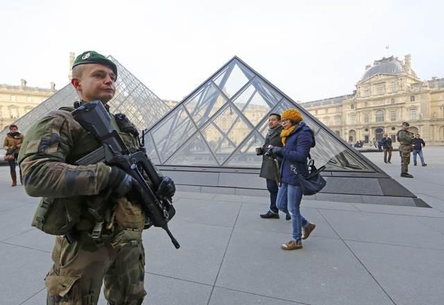 Cảnh sát Pháp làm nhiệm vụ gần bảo tàng Louvre ở thủ đô Paris ngày 30/12 (Ảnh: Reuters)