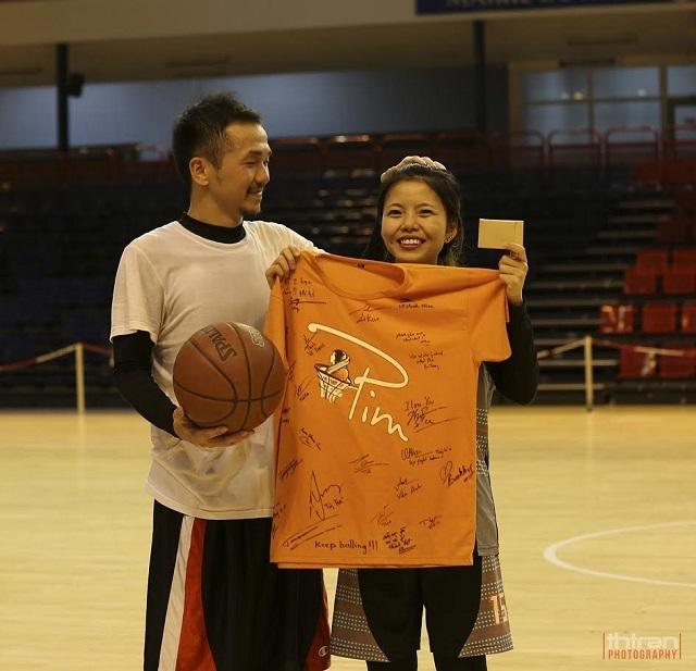 Chủ tịch đội PBT trao phần quà của đội dành tặng cho Nguyễn Mỹ Linh (Giải cầu thủ có ảnh hưởng nhất) trước khi về Việt Nam.