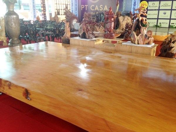 Chiếc phản khổng lồ được làm từ gỗ quý có giá 3 tỷ 668 triệu đồng
