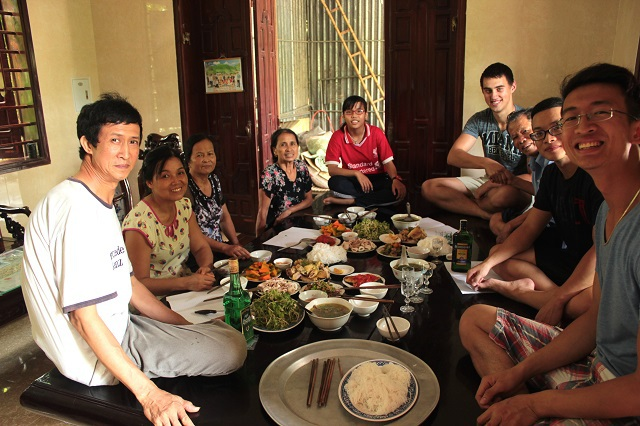 Bạn học cùng lớp tới thăm và được mời ăn bữa trưa cùng gia đình chàng trai ở xứ Nghệ.