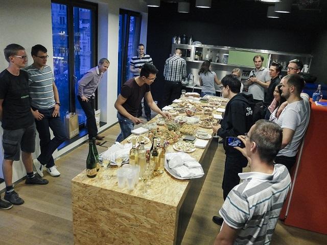 8X Việt đang giới thiệu món bánh cuốn tới các đồng nghiệp lúc đang làm việc tại Praha, Cộng hòa Séc.