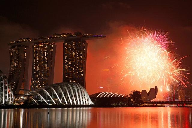 Pháo hoa thắp sáng bầu trời Singapore (Ảnh: Reuters)
