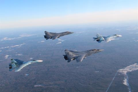 Tiêm kích MiG-31 cùng Su-27 của Nga.