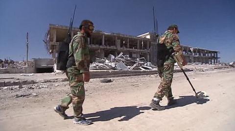 Lực lượng Syria rà phá bom mìn ở Aleppo ngày 26/9. Ảnh: Farnews