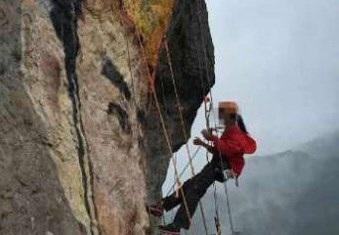 """""""Người nhện"""" vẽ tranh trên vách núi tỏ tình với bạn trai - 1"""