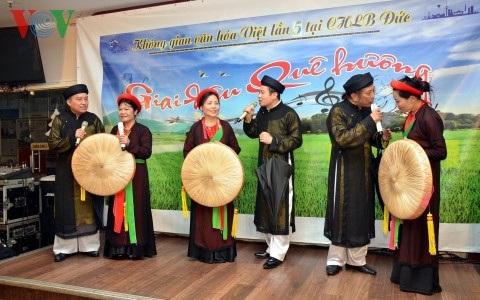 Đội Quan họ Kinh Bắc hát Ba quan mời trầu.