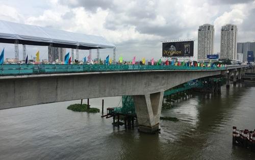 Cầu vượt sông Sài Gòn của tuyến metro số 1 (Bến Thành - Suối Tiên) dài gần 300m là một trong 5 cầu đặc biệt quan trọng trên tuyến metro đầu tiên của TPHCM được hợp long ngày 30/9