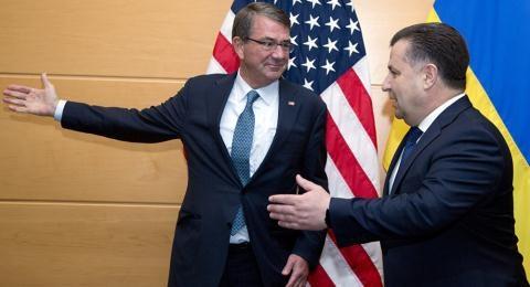 Bộ trưởng Quốc phòng Ukraine Stepan Poltorak và người đồng nhiệm Mỹ, Ashton Carter.