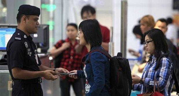Kiểm tra giấy tờ của người nhập cư tại sân bay Kuala Lumpur. (Nguồn: AP)
