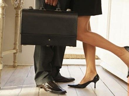 """Sếp """"duyệt"""" nâng lương trước hạn cho vợ tôi trong... khách sạn - 1"""