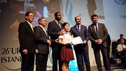 Tổng giám đốc UPU trao giải nhất cho Thu Trang.
