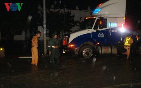Một chiếc container vừa chạy vào đến khu vực Cầu Nam bị chết máy do nước ngập.