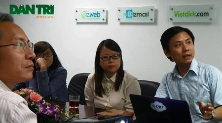 CEO Công ty CP Công nghệ DKT Trần Trọng Tuyến (ngoài cùng bên phải) giới thiệu sản phẩm Bizweb trước đoàn khảo sát NTĐV 2013.