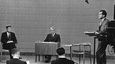 John F. Kennedy (trái) và Richard Nixon (phải) trong cuộc tranh luận trên truyền hình lần đầu tiên được tổ chức vào năm 1960. Ảnh: AP.