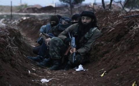 Các tay súng Hồi giáo cực đoan Jabhat Al-Nusra đang trong công sự tại Aleppo