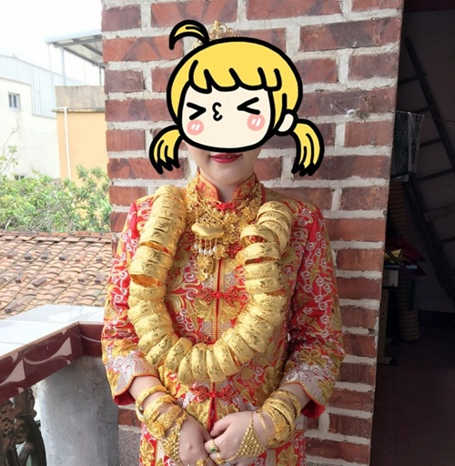 Cô dâu Trung Quốc đeo hàng chục kg vàng trong ngày cưới - 1