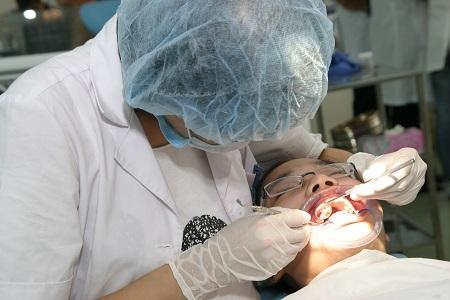 Lấy cao răng định kỳ giúp phòng tránh hôi miệng. Ảnh: TM.
