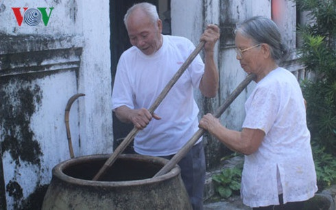Cơ sở sản xuất nước mắm của cụ Vũ Thị Dược, thôn Thái Hoà - Quan Lạn nổi tiếng thơm ngon được nhiều du khách biết đến.