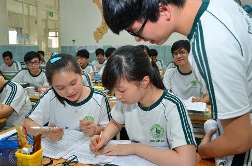 Học sinh trong giờ ôn tập môn lịch sử. (Ảnh: Tấn Thạnh)