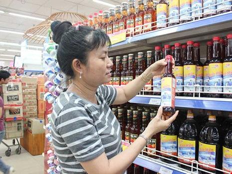 Khách đang chọn mua nước mắm tại siêu thị ở TP.HCM. Ảnh: TÚ UYÊN