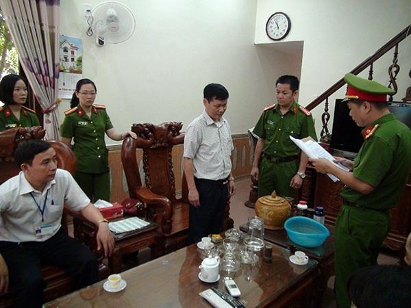 Cơ quan Cảnh sát điều tra đọc lệnh bắt và dẫn giải ông Bùi Hoài Cận