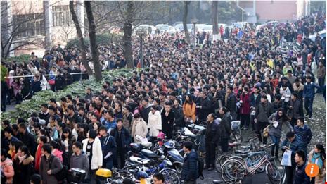 Hàng ngàn người xếp hàng ứng tuyển chỉ vì một vị trí tiếp tân. Ảnh: SCMP