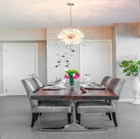 Không gian được kết hợp giữa màu sơn trắng và sàn ghi khá cơ bản ăn nhập nội thất cũng tone, chỉ cần 1 chiếc đèn rơi được cách điệu ấn tượng là phòng ăn của gia đình bạn đã trở nên cực kì bắt mắt.