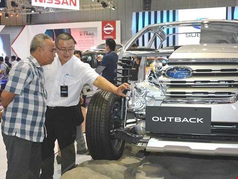 Người dân tham quan triển lãm xe hơi tại TP.HCM. Ảnh: Q.Huy